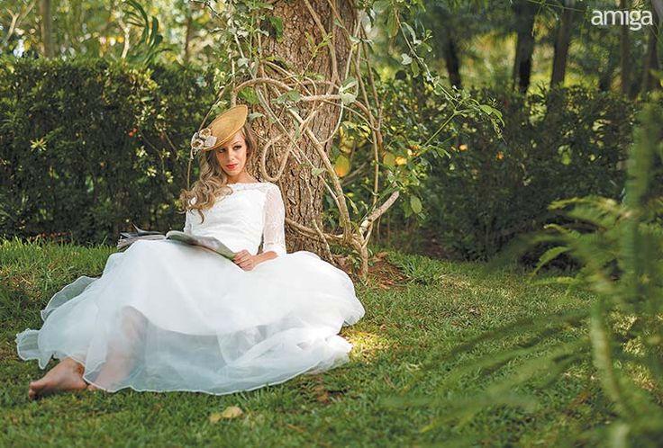 Vestido con manga tres cuartos. Sombrero de inspiración vintage. #AmigaBodas #Wedding #Dresses #PhotoShoot #WeddingDress