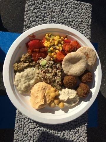 Dippilautanen  hummusta, baba veganoushia, kurkumalla maustettuja kikherneitä, falafeliä ja söpöjä pikkuisia pitaleipiä dippailuun.  Lisäksi salaatteja, kuten kutkuttavan makea kvinoa-punasipuli ja etikkaisempi maissi.