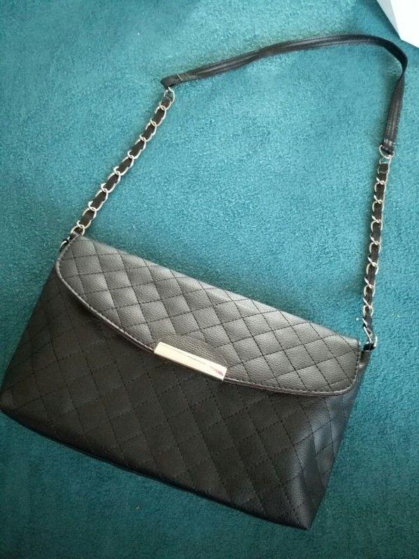 Cerna mini kabelka s kratsim uchem