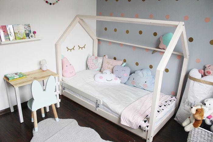 łóżko domek, krzesełko królik, krzesełka dla dzieci, drewniane króliki, drewniane krzesła, krzesła scandi, skandynawskie, biurko ,dla dzieci, biurko drewniane, półka ikea, , łóżko domek, domek do spania, łóżeczko domek, skandynawskie wnętrza, pokój dziewczynki, inspiracje, girls room, housebed, house bed, szara ściana, szara sypialnia, drewniane oczka, zamknięte oczka, naklejki dekoracyjne,metamorfoza pokoju dziecięcego, jak urządzić pokój dziecka, pokój dziecka inspiracje, pokój…