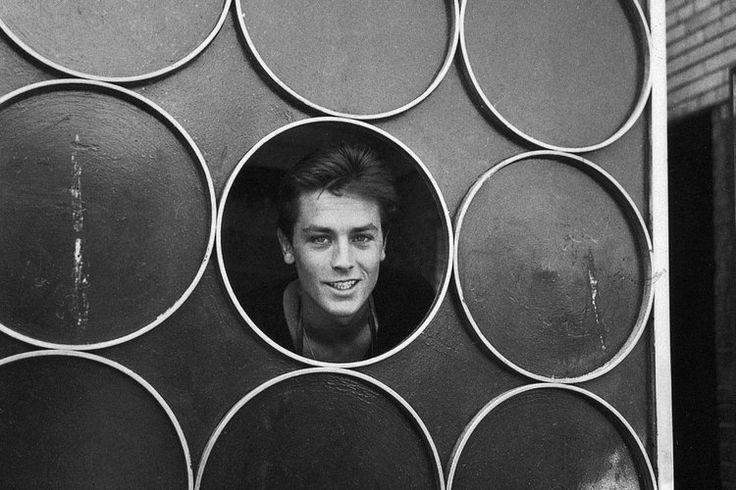 Monstre sacré du cinéma français, éternel séducteur au regard azur, Alain Delon s'est imposé comme une figure incontournable du 7e art. Malgré sa retraite des plateaux (et quelques prises de positions controversées), l'acteur continue de charmer. Retour en images sur la vie et la carrière du Guépard qui fête ses 80 ans le 8 novembre.