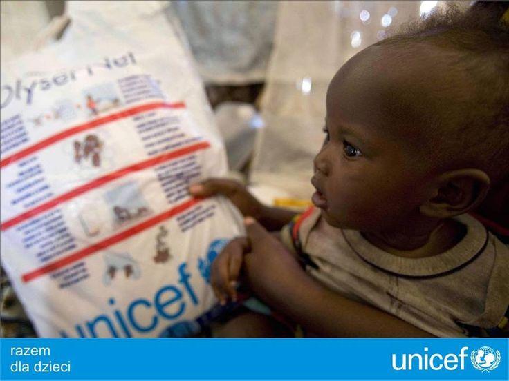 UNICEF walczy z malarią, dostarcza moskitiery dla dzieci i ich rodzin.