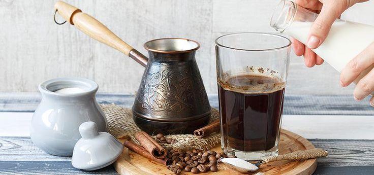 Προσθέτεις τον ελληνικό καφέ, το ρόφημα σοκολάτας, το σιρόπι ζαχαροπλαστικής και το νερό σε ένα μπρίκι και παρασκευάζεις ελληνικό καφέ με τη γνωστή παραδοσιακή μέθοδο.