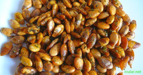 Kürbiskerne haben erstaunlich viele wertvolle Inhaltsstoffe, die du nicht einfach wegwerfen solltest: Vitamine, Mineralien und sogar Glückshormone.