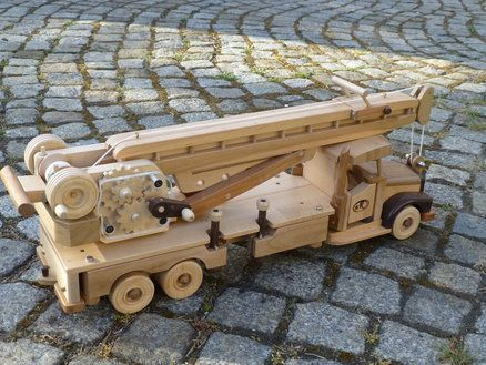 small crane car for small builders/kleines Kranauto für kleine Baumeister