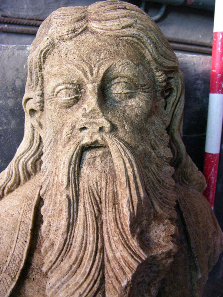 Escultura pétrea hallada enterrada en el suelo de la cripta de la parroquieta de la Seo de Zaragoza. Siglo XIV