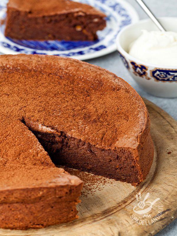 Che golosità questa Torta al cioccolato e panna! Non vi farà rimpiangere la migliore pasticceria della vostra città. Seguite i nostri consigli passo passo!