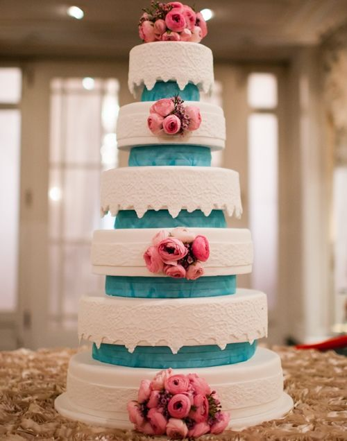 Fresh flower brooches for this amazing a large cake. Teal can definitely be a lovely accent. #yannpins
