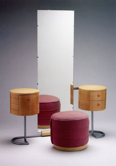 Vanity and Ottoman, Gilbert Rohde für Herman Miller, 1934 They say vanity but it looks like a mirror with night stands.