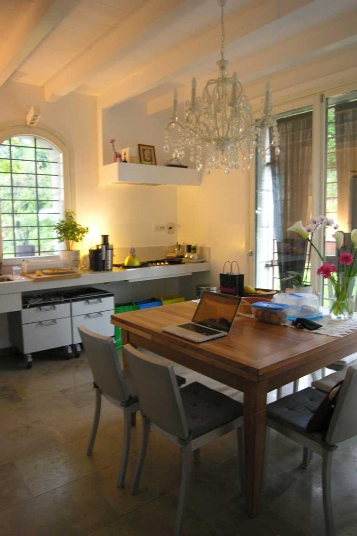 Progetto Cuicina PivMar   appennnino alluminio e bianco  Top Stone  sedie Emeco