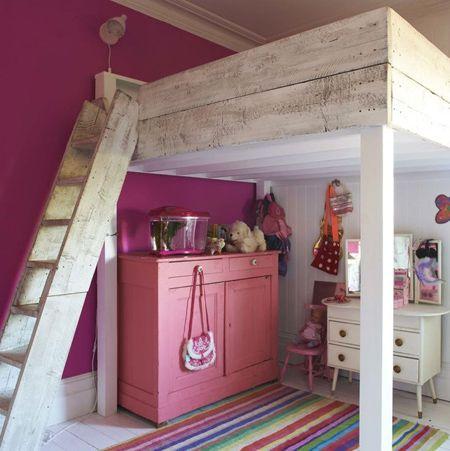 Estilo eclético em Madeira casa do vintage cama do Sótão