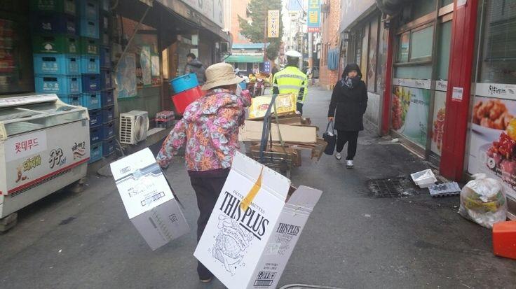 폐지 수레 끄는 경찰과 만류하는 할머니의 토닥토닥 귀여운 다툼! ^^ : 네이버 블로그
