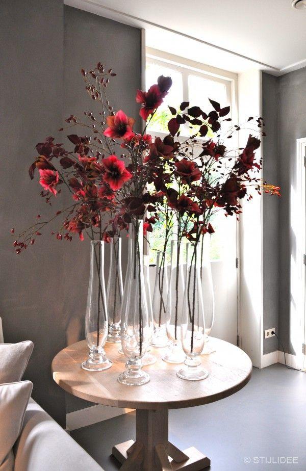 Styling van bloemen in glazen flessen bij Interiors DMF   Fotografie STIJLIDEE…