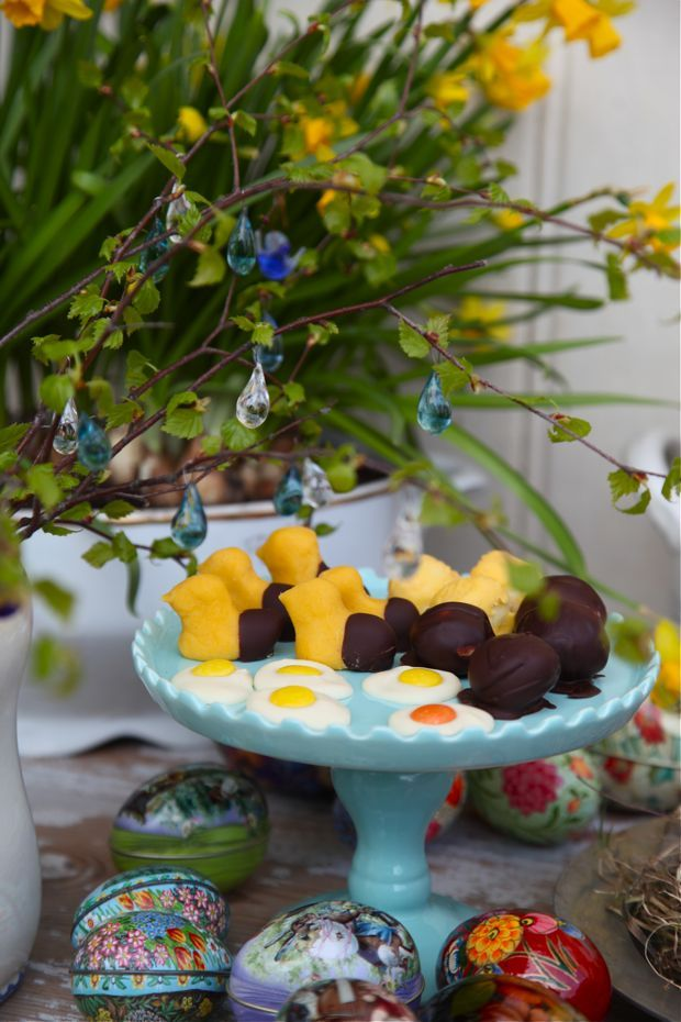 "Enkelt påskgodis   Easy easter sweets: ""fried eggs"" made from white chocolate and yellow or orange nonstops"