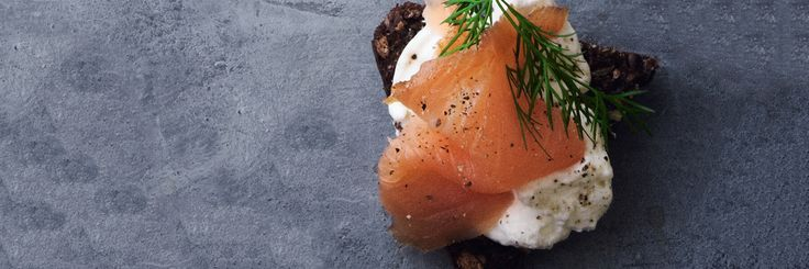 Små rugbrødsbruschettaer med røget laks, der vil åbne sanserne og give appetit på mere.