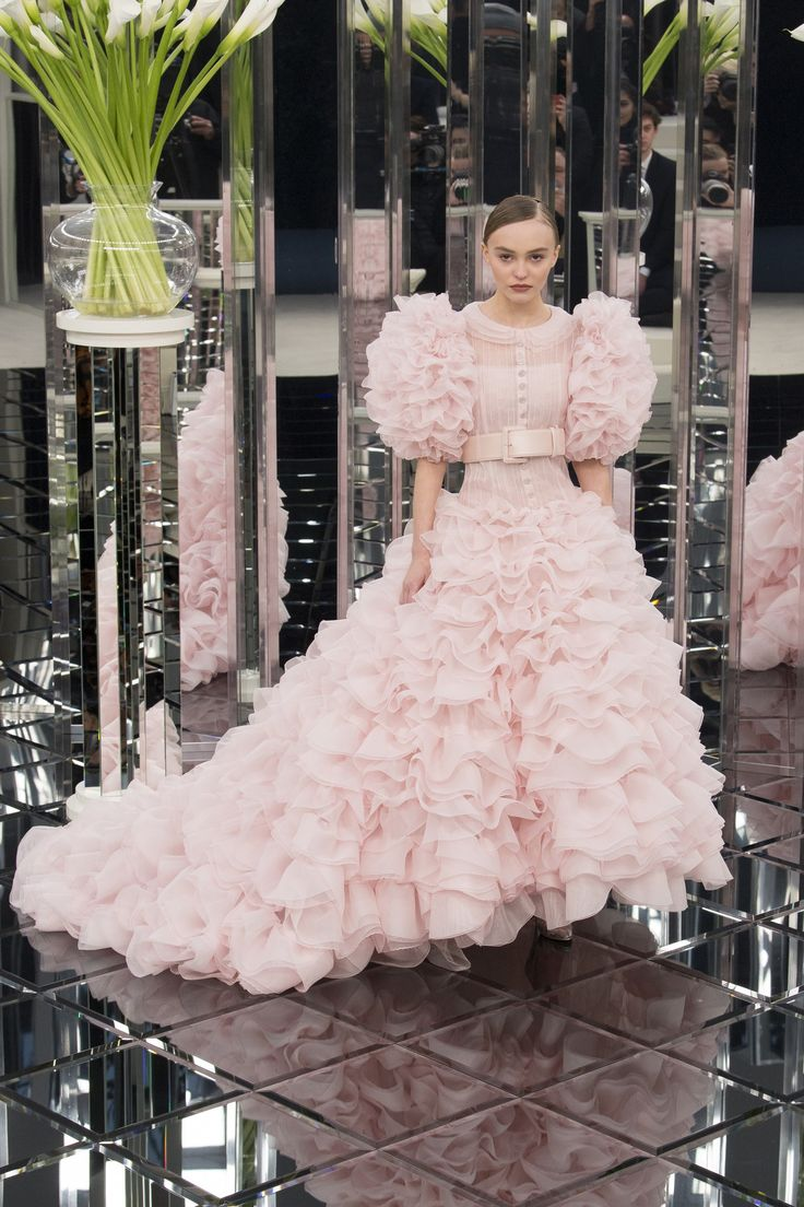 See the complete Chanel Spring 2017 Couture collection. #Quinceañera