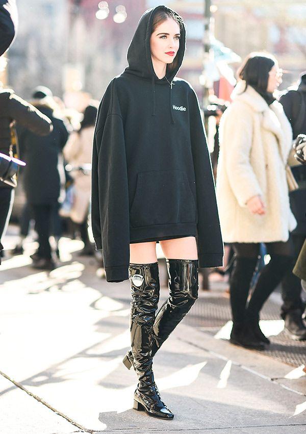 chiara ferragni na fashion week com moletom e otk boots de verniz