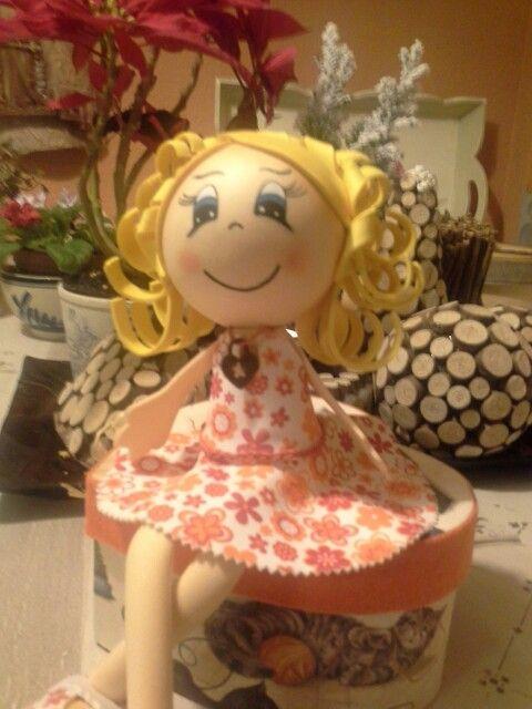 Muñeca de goma eva , montada en la caja. ...
