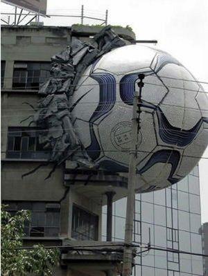 Bola quebrando tudo na peça da Nike