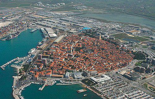 Koper Szlovénia legforgalmasabb tengerparti kikötővárosa. Koper óvárosa eredetileg egy kis szigetre épült, mely folyamatosan összeépült a későbbiekben a szárazfölddel. Számos érdekes látnivaló és nyaralási lehetőséget kínál a környék.