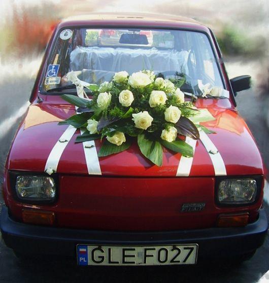 Korso na samochod - kompozycja kwiatowa na pojazd Panny Mlodej: www.kaja.lebork.pl | #wesele #vintage #fiat126 #dekoracjeslubne #weddignflowers #cardecorations