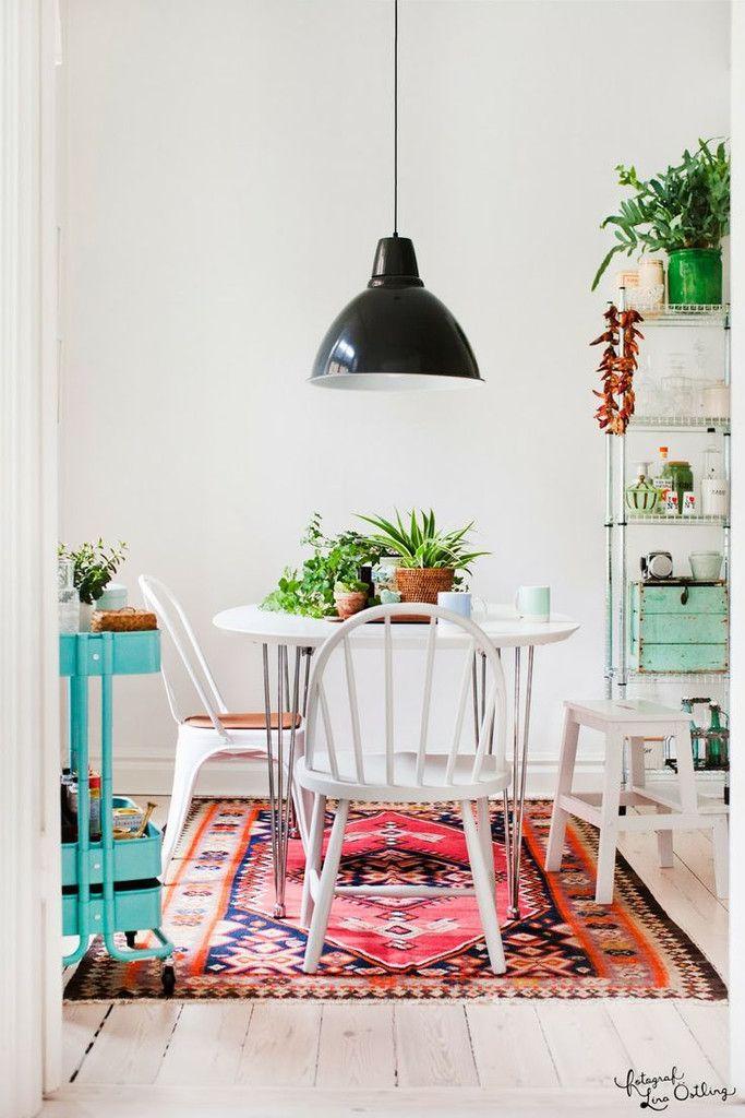 Les meubles sont intemporelles, mais les touches de couleurs sont juste géniales : elles donnent du caractère et un côté ultra personne à cette déco ! #séjour #couleur #tapis
