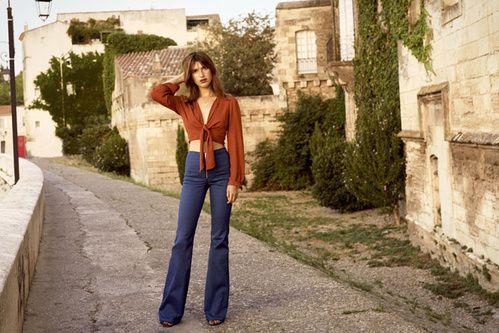 Le look Seventies rétro de Jeanne Damas pour l'été, jean pattes d'eph