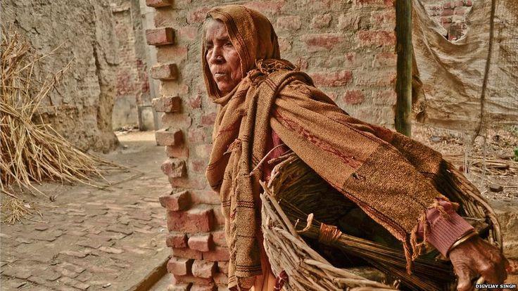 La degradante labor de los limpiadores de letrinas en India
