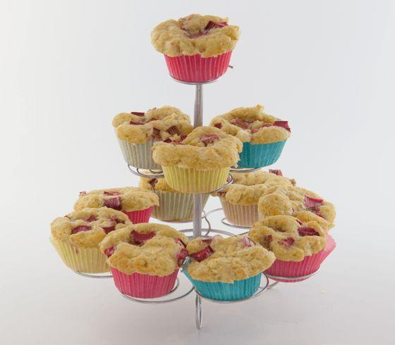 At lave rabarbermuffins er et kreativt weekendprojekt, som både store og små kan give sig i kast med. Find inspiration på sostrenegrene.com.