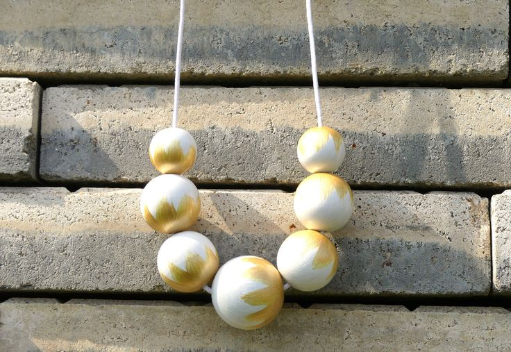 Náhrdelník+z+dřevěných+korálů:+Bílo-zlaté+Náhrdelník+z+dřevěných+korálů.+Korále+jsou+lehké,+nabarvené+akrylovou+barvou+a+pečlivě+přelakované+lesklým+lakem.+Jsou+vždy+navlčeny+na+voskovou+šňůrku,+délku+udělám+na+přání.+Velikost+a+počty+korálků:+1x30mm,+4x25mm,+2x20mm.+Každý+náhrdelník+je+ruční+výroba+a+je+originál.+Na+některých+korálcích...
