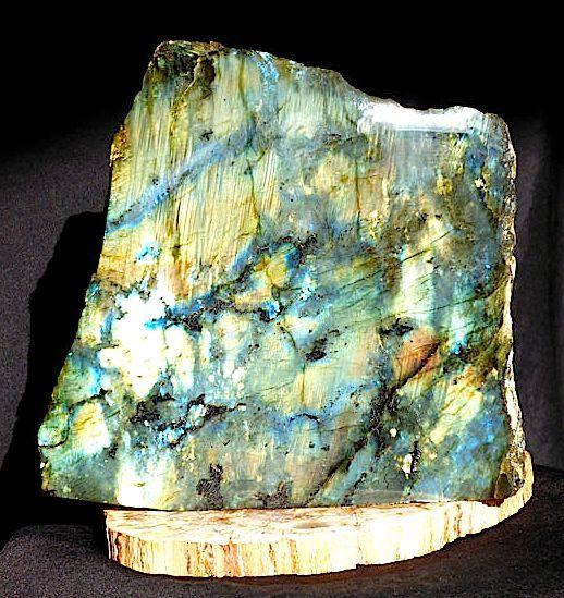 Beautiful Labradorite multicolour polished -140 x 145 mm - 1585 gm  Gewicht: 1.585 Kgmaximale Hoogte 14 cmMaximale Breedte: 14.5 cmMaximale dikte: 5 cmGroot stuk eenzijdig gepolijst labradoriet met zeer mooie iriserende delen.Labradoriet (spectroliet) is de steen van transformatie (van verandering) en geeft kracht en volharding. Het is een zeer mystieke beschermende steen die het bewustzijn verhoogt.Een erg mooie en bijzondere kwaliteit stuk mineraalNote: De foto's zijn in de openlucht…