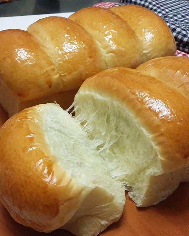 KILLER SOFT BREAD Bahan : 260 gr tepung cakra ( sy pakai tep komachi ) 3 gr ragi instant 1 btr telur uk besar ( berat bersih) + susu full cream dengan berat total 160-180 gr 30 gr gula 2 gr garam 30 gr butter (suhu ruang) Cara membuat: Aduk semua bahan (kecuali butter) dan uleni adonan sampai halus dan elastis Masukkan butter dan uleni adonan sampai kalis Bagi adonan menjadi 3 b...