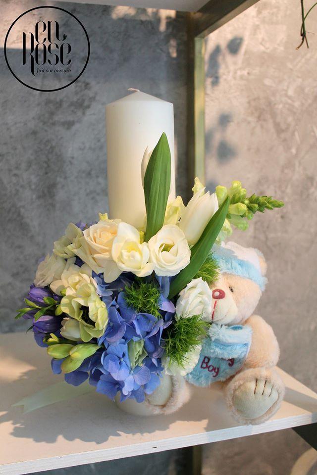 Iti place simplitatea? Iti propunem o lumanare de botez Ursulet de plus, de 30 cm inaltime, realizata cu flori precum trandafiri, hortensii…