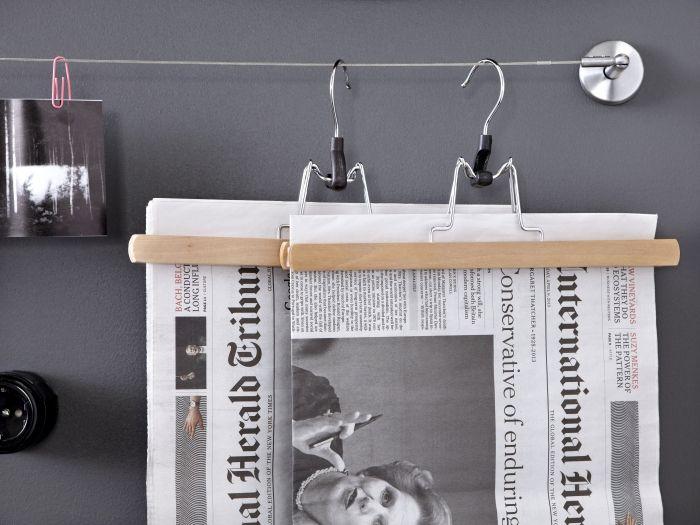 Μια κρεμάστρα παντελονιών γίνεται θήκη για εφημερίδες! Μια πρωτότυπη ιδέα στα πλαίσια της φθινοπωρινής (αναδι)οργάνωσης του σπιτιού !