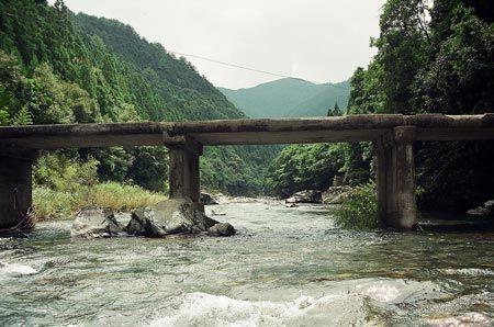 口屋内から、小さな旅。日本一美しいであろう黒尊川上流に向かって、レンタサイクルで走ると、小さなかわいい沈下橋。1999/8 黒尊川 ナロノ橋(高知県)© 2010 風旅記(M.M.) 風旅記以外への転載はできません...