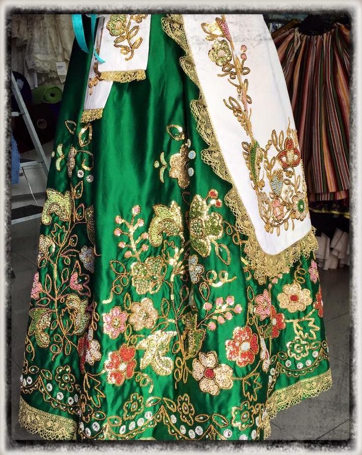 Trabajo artesanal realizado por una clienta de Confecciones Madrid, establecimiento dedicado desde hace años a la indumentaria tradicional huertana.