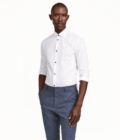 199 kr. (Findes også i lyseblå) Hvid. PREMIUM QUALITY. Langærmet, strukturvævet skjorte i premium cotton. Har cut away-krave og kontrastfarve på indersiden af manchetterne og kravestanden