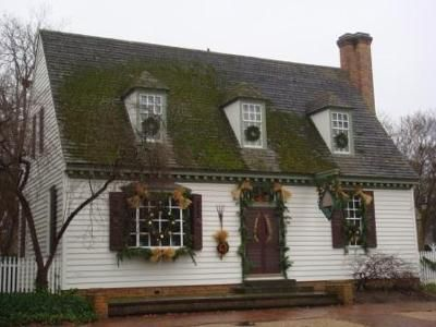 Colonial Williamsburg home in traditional Christmas decor