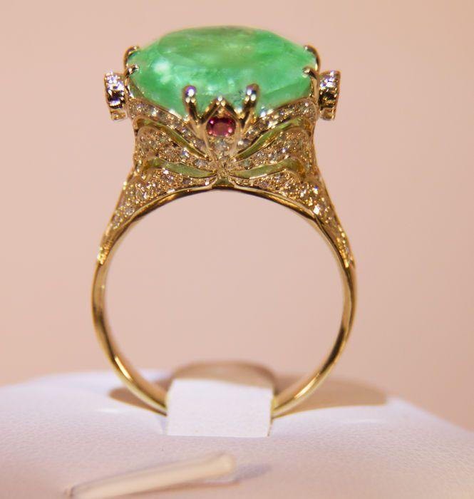 Online veilinghuis Catawiki: Geelgouden ring met smaragd en witte en gele diamanten en rode saffieren