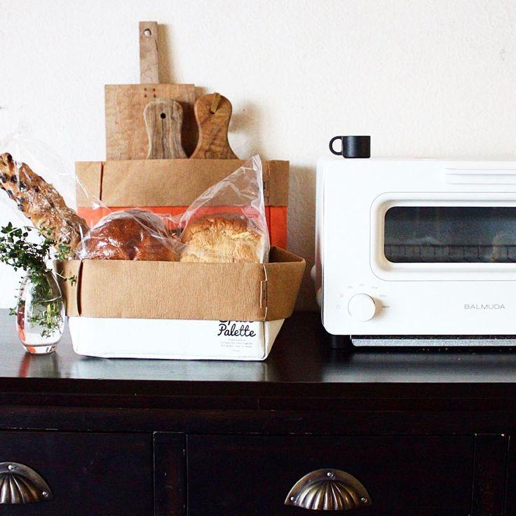 Good morning♪ 我が家のセルフパンコーナー! BRUNOスペースパレットにパンとカッティングボードを収納。 好きなパンを好きな厚さで焼こう♪ ・ ・ #food #4yuuu #fooddesign #japaneseStyle #foodpic #homemade #朝時間 #sandwich #エルアターブル #バルミューダ #dining #BRUNO #ブルーノ #スペースパレット #魅せ収納 #ペーパーバッグ #spacepalette @bruno_enjoy