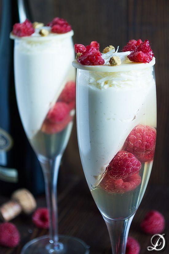 Elegantes copas de mousse de chocolate blanco con gelatina de cava y frambuesas