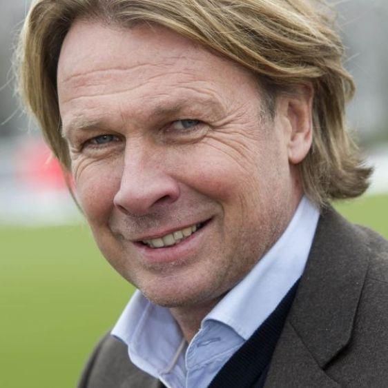 Hans Kraay jr. 22-12-1955 Nederlands oud-profvoetballer, voetbalcoach en televisiepresentator. Als speler kwam hij tussen 1977 en 1997 uit voor vijftien verschillende clubs en stond hij bekend als een harde verdediger die veel overtredingen maakte. Hans Kraay jr. scoorde in 1997 een nummer 1-hit in de Mega Top 100 met Er zal d'r altijd eentje winnen. Kraay jr. is getrouwd en heeft uit twee eerdere relaties een dochter en een zoon. https://youtu.be/np5Abhz-5-k