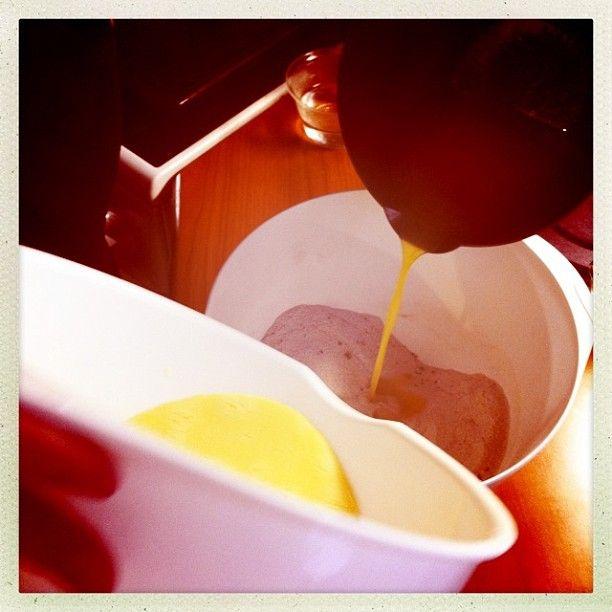 1. resepti nopea suklaakakku, yhteisleivonta Twitterissä 19.1.2013 klo 14 alkaen - taikinakulhoon lisätään munamaito sekä sulatettu voi