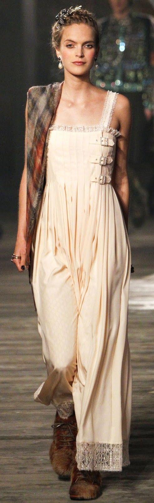 Chanel Pre-Fall 2013 Fashion Show очень интересный микс лямок, складок, хлястиков, кружев и летящего силуэта. На основе нейтральной ткани.