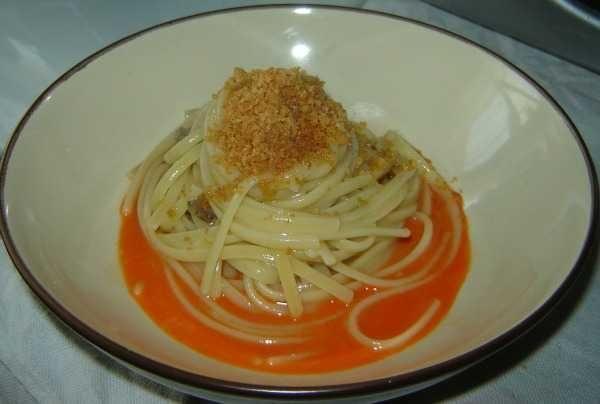 Linguine vongole, carote e sabbia  Ingredienti: 400 gr Linguine; 10 carote; 1 kg vongole; aglio; 200 gr pane grattugiato; scorza di 1 lime; mezzo bicchiere vino bianco; olio; sale