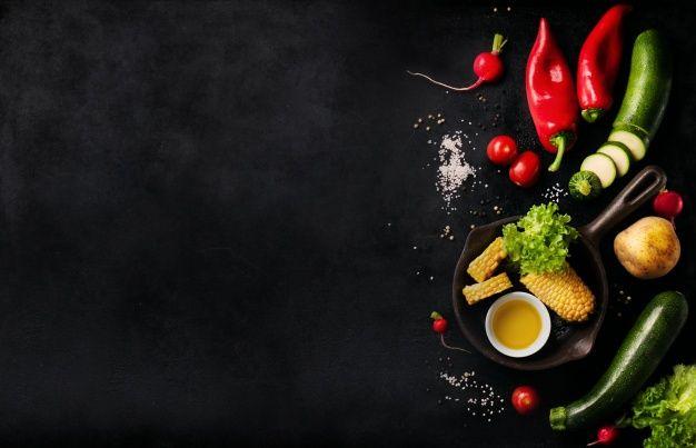 Различные овощи на черный стол с пространством для сообщения Бесплатные Фотографии