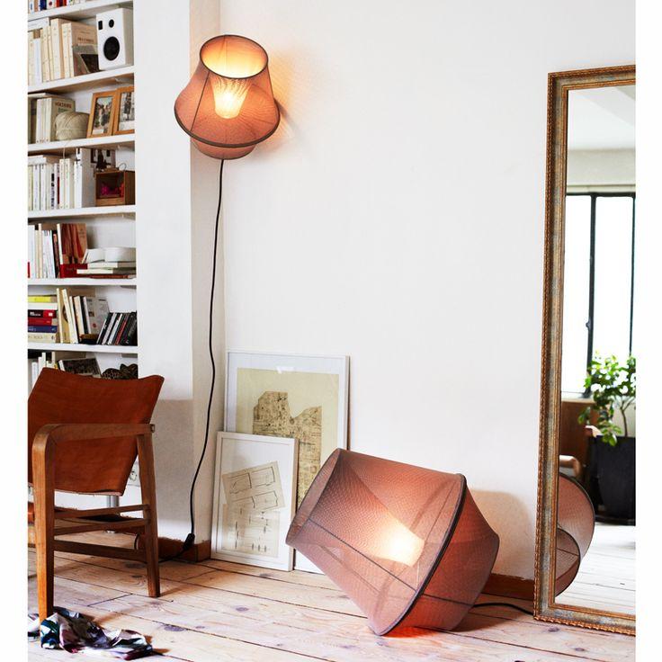 SUSPENSION -  PETITE FRITURE - MOIRE  Création de Marc Sarrazin, Moire est une série de luminaires pouvant être suspendus au plafond, accrochés à un mur ou posés directement au sol. Envisagée comme vêtement d'ampoule, Moire génère un volume élémentaire qui joue entre opacité et transparence et dévoile différentes luminositées. Petite Friture édite cette suspension hors du commun, parfaite pour l'ambiance feutrée d'une chambre. Délicatement posé au sol, le luminaire occupe l'espace et…