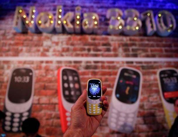 Nokia a récemment revitalisé les affaires téléphoniques est retourné à l'avenir le dimanche, réintroduisant une version colorée de la classique 3310 parler et téléphone texte, le périphérique le plus populaire au monde en l'an 2000. Le nouveau modèle a de plus grands écrans et est au prix de seulement 49 euros ($ 52). Ses 22 heures de temps de conversation et jusqu'à un mois de temps de veille potentiellement augmenter l'appel du téléphone comme une sauvegarde pour les utilisateurs de…