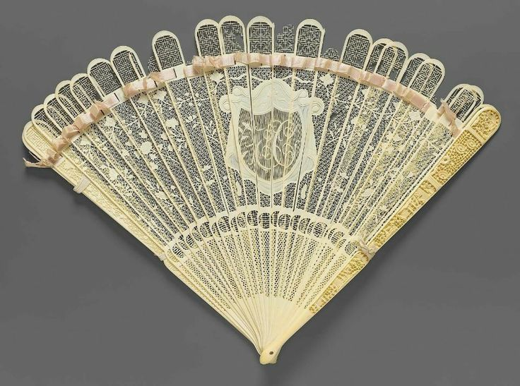 19th century, China - Brisé fan - Carved and pierced ivory; silk