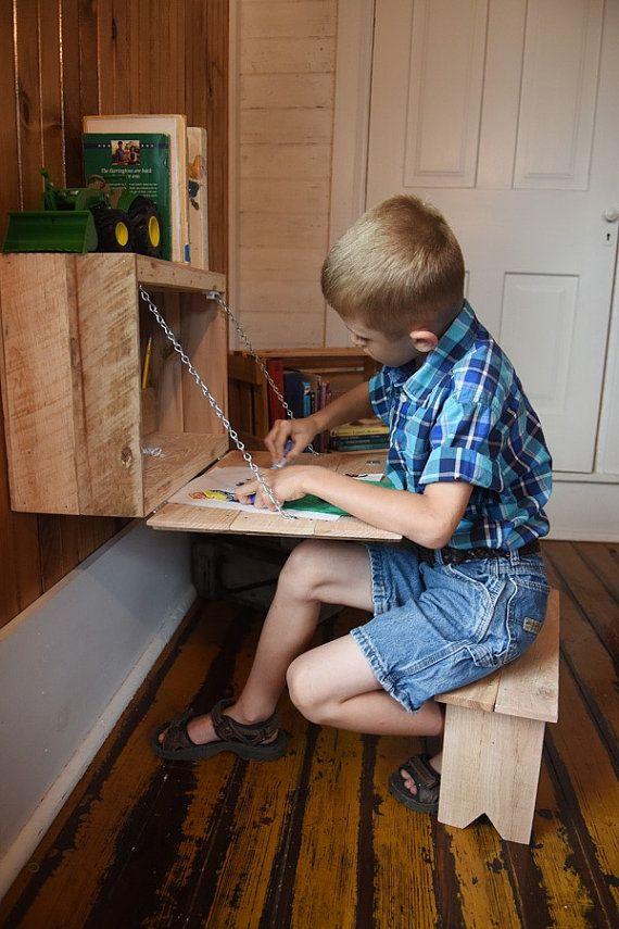 Este a la medida, pliegue hacia abajo de la mesa con Banco para niños es perfecta para una habitación donde el espacio es limitado. El escritorio dobla lejos, de pie sólo sobre las 7 de la pared y permite un montón de movimiento alrededor de él. El escritorio es perfecto para el almacenamiento de suministros, legos, proyectos, o lo que gustaría mantener escondido y organizado.  El escritorio, mide aproximadamente 18″W x 12″H x 7″D, está construido enteramente de placas recicladas. El Banco…